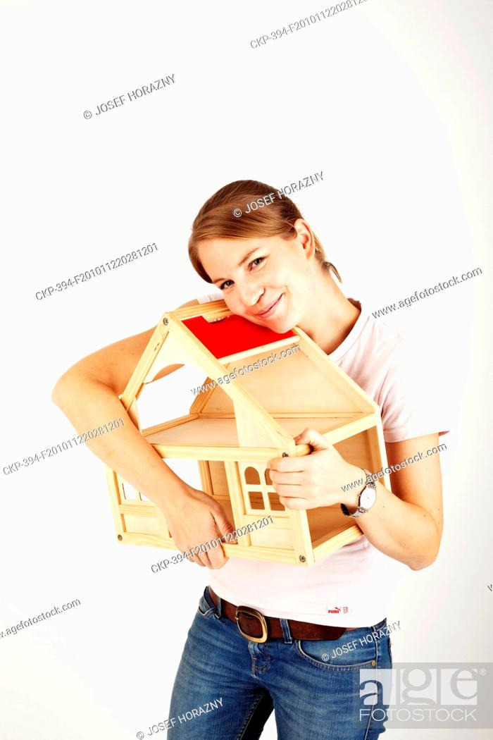 Imagen: Woman holds a house mock-up  - MR CTK Photo/Josef Horazny.