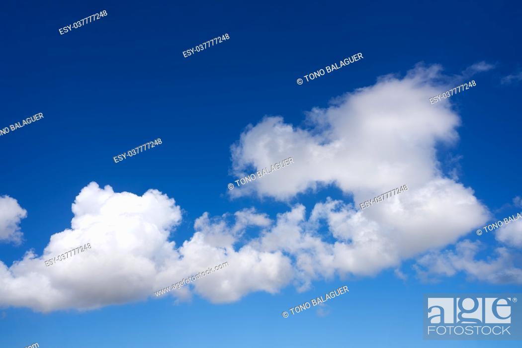 Imagen: Blue sky summer white cumulus clouds background.