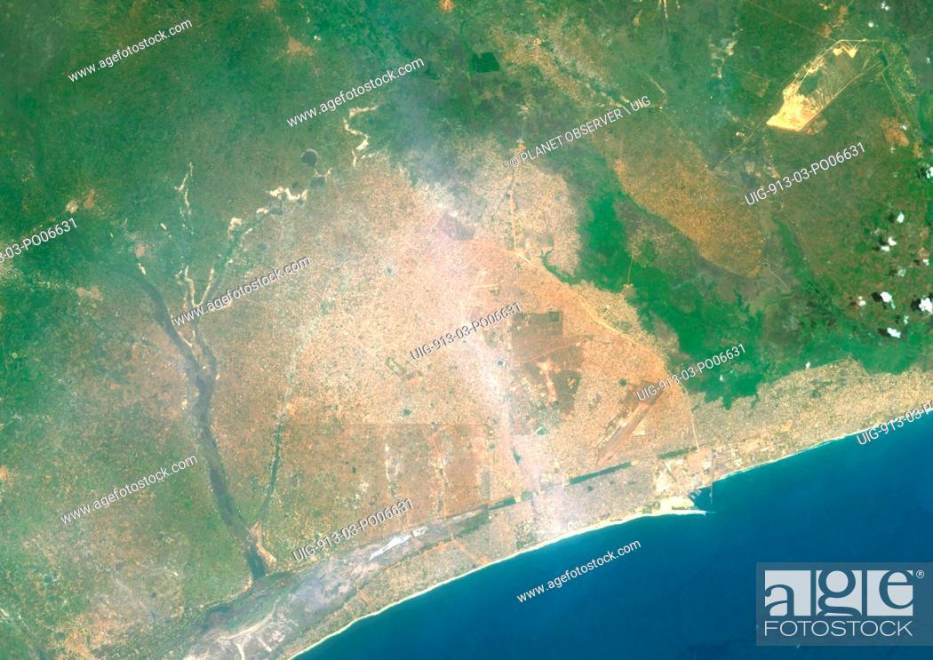 Imagen: Colour satellite image of Lome, Togo. Image taken on December 25, 2013 with Landsat 8 data.