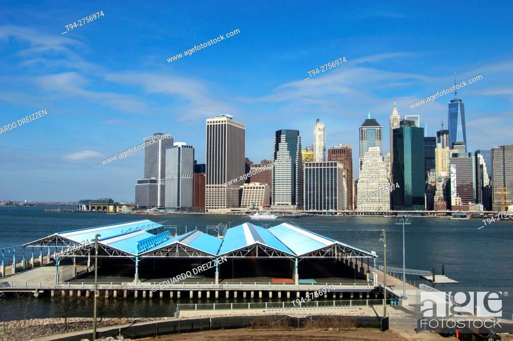 Stock Photo: View of the Financial District from the Brooklyn Heights Promenade, New York.
