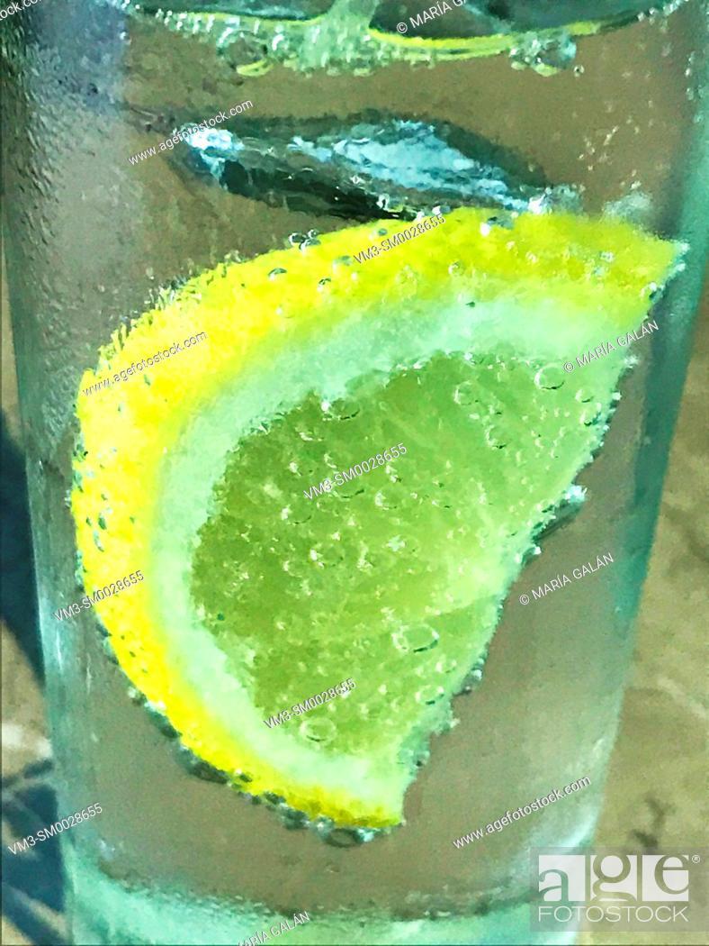 Stock Photo: Slice of lemon in sparkling water.
