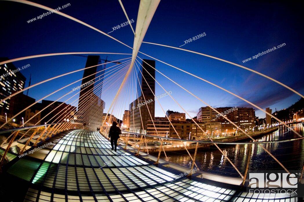 Imagen: Puente Zubizuri creado por el Arquitecto Santiago de Calatrava en Bilbao.