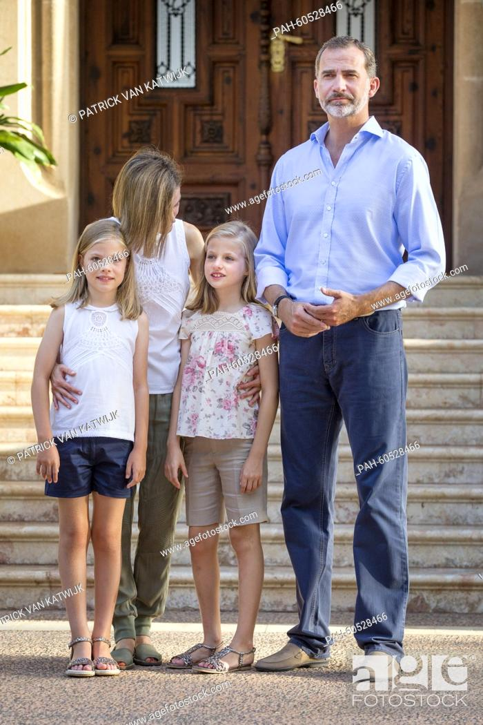 Photo de stock: Spanish King Felipe VI (R) and Queen Letizia (2nd L) pose with their daughters Leonor, Princess of Asturias (2nd R) and Infanta Sofia of Spain during the.