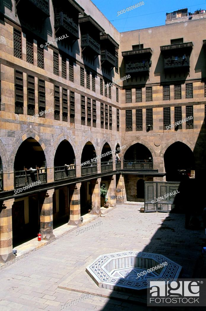 Imagen: Egypt, Cairo, Khan al-Khalili, Al-Ghouri, courtyard of medieval wikala or caravanserai.