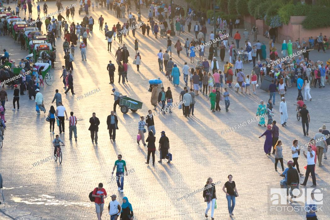 Imagen: People at Jemaa el Fna square in late afternoon light, Marrakech, Morocco.