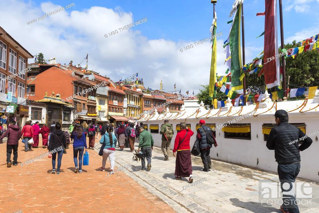Imagen: Buddhist pilgrims making the kora or ritual circumnavigation around the Boudhanath Stupa, Largest Asian Stupa, Unesco World Heritage Site, Kathmandu, Nepal.