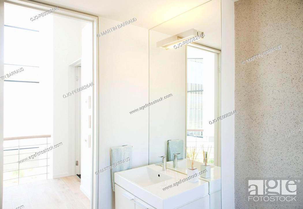 Stock Photo: Modern bathroom.