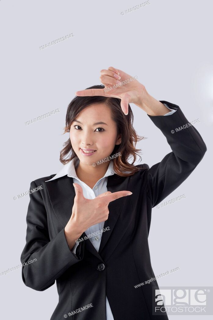 Imagen: Young business woman gesturing with smile,.
