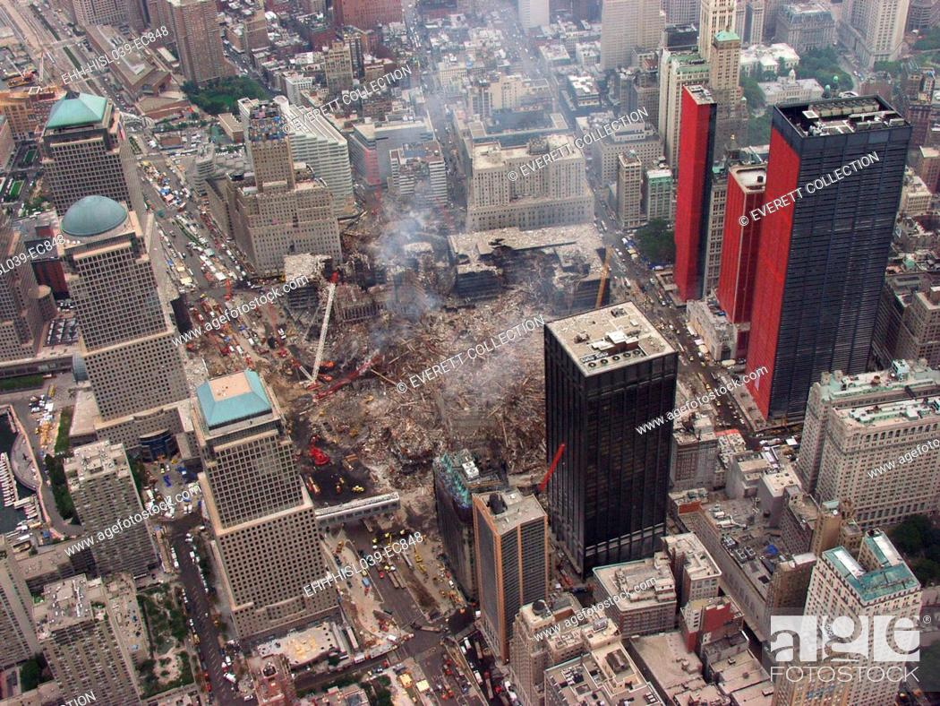 Imagen: Aerial view of World Trade Center from the southwest, Sept. 27, 2001. Orange reinforcing plastic covers the street facades of severely damaged buildings on.