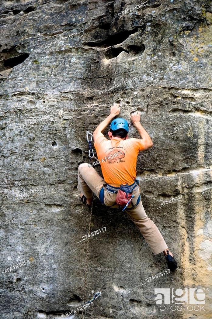 Stock Photo: Hombre escalando en el embalse de la Pedrezuela, Sierra de Los Alcores, Madrid, Spain.