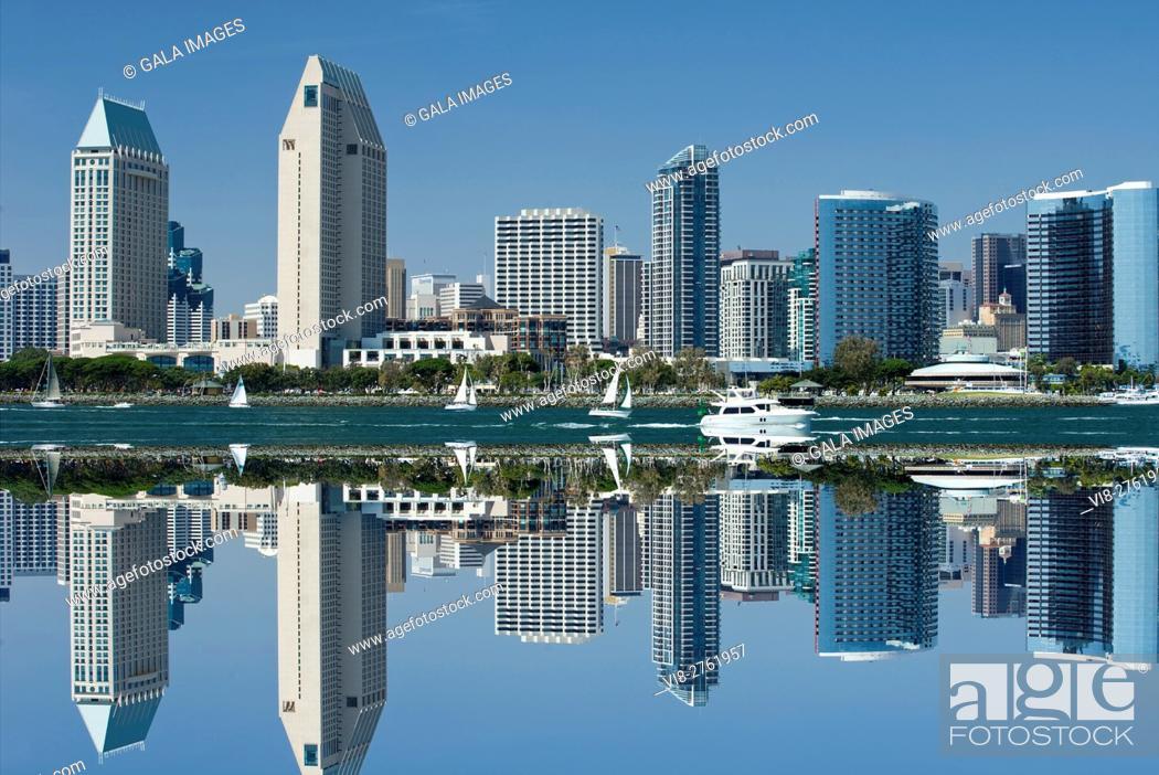 Stock Photo: DOWNTOWN HARBORSIDE CITY SKYLINE FROM BAY VIEW PARK SAN DIEGO CALIFORNIA USA.