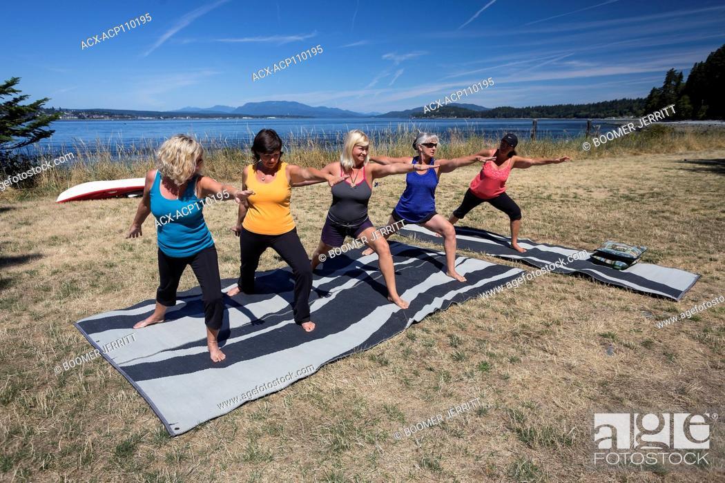 Imagen: Five female friends practice Yoga while camping on Quadra Island, Canada.