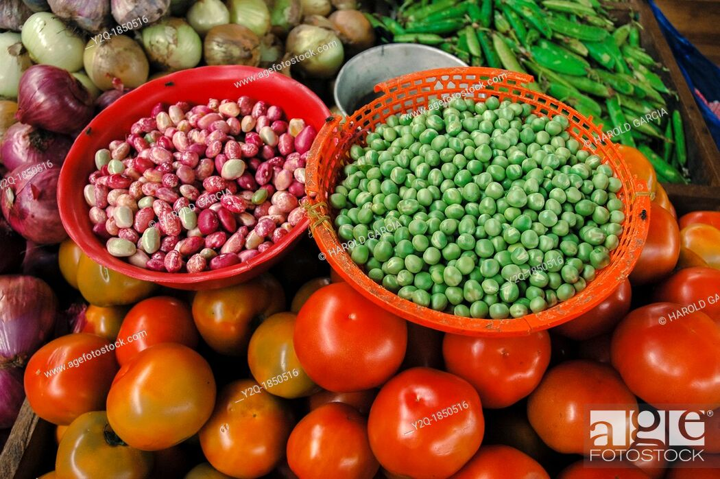 Imagen: Red beans, green peas, tomatoes, Vegetables Market, Colombia, South America.