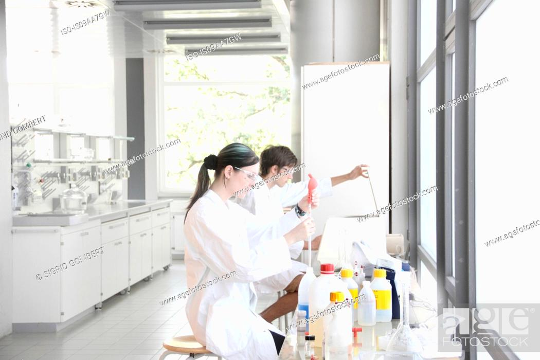 Imagen: Chemistry students at work in lab.