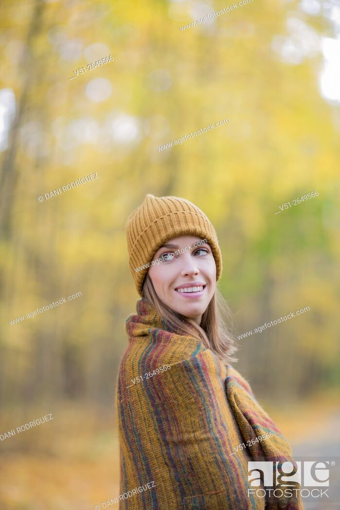 Photo de stock: Brunette Woman in Park in Autumnn covering with a blanket.