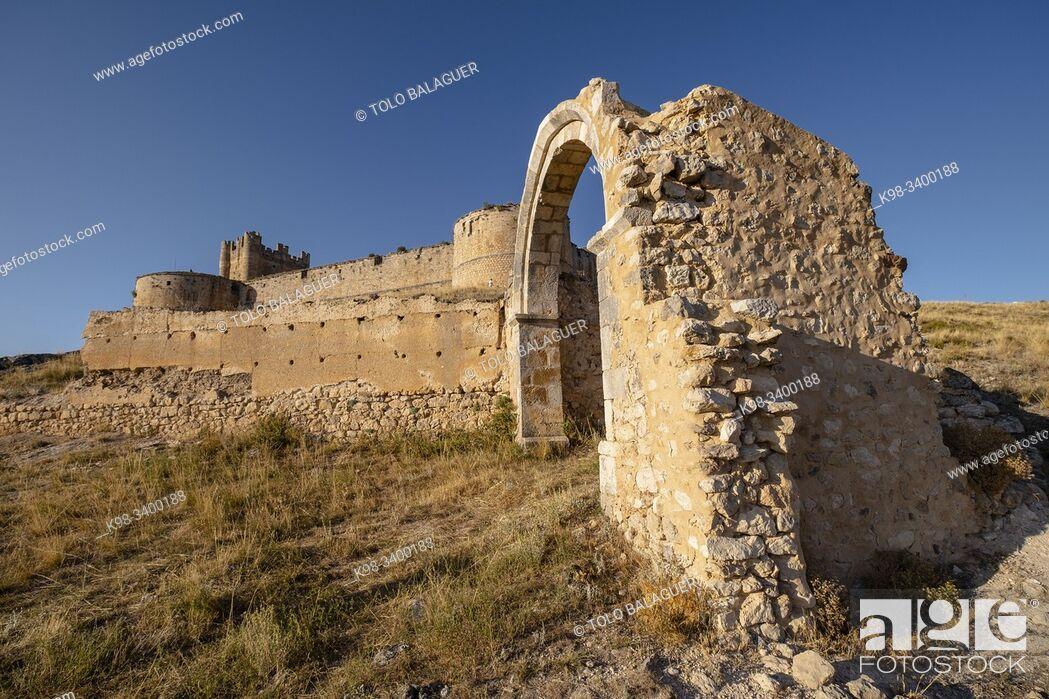 Stock Photo: abside y arco triunfal de la iglesia de San Juan, siglo XII, castillo del siglo XV, Berlanga de Duero, Soria, comunidad autónoma de Castilla y León, Spain.