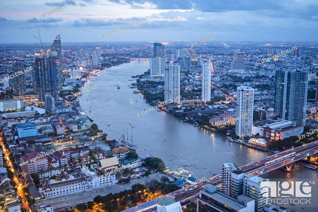 Imagen: Skyline and Chao phraya River at night, downtown, Bangkok, Thailand.