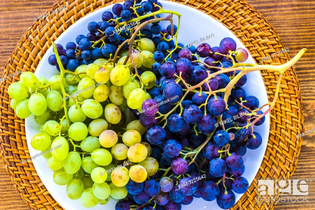 Stock Photo: Plate of grapes.