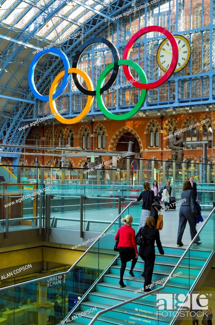 Imagen: UK, England, London, St Pancras Railway Station, Olympic Rings.