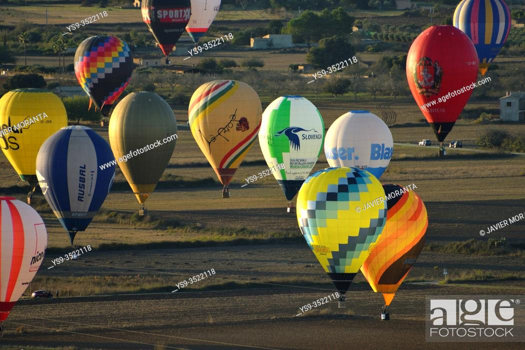 Imagen: Hot air balloons in flight participating in the XXI FAI Europeans hot air balloon championship 2019, Spain, Balearic Islands, Mallorca.