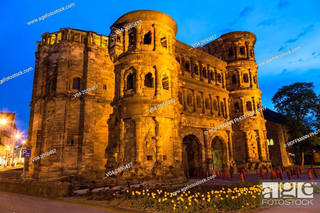 Imagen: The historic Porta Nigra in Trier (Treves) at night, Rhineland-Palatinate, Germany, Europe.
