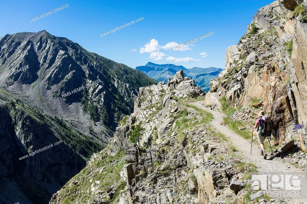 Stock Photo: France, Alpes-Maritimes, Mercantour National Park, hiking to lake Rabuons on the Energie path.