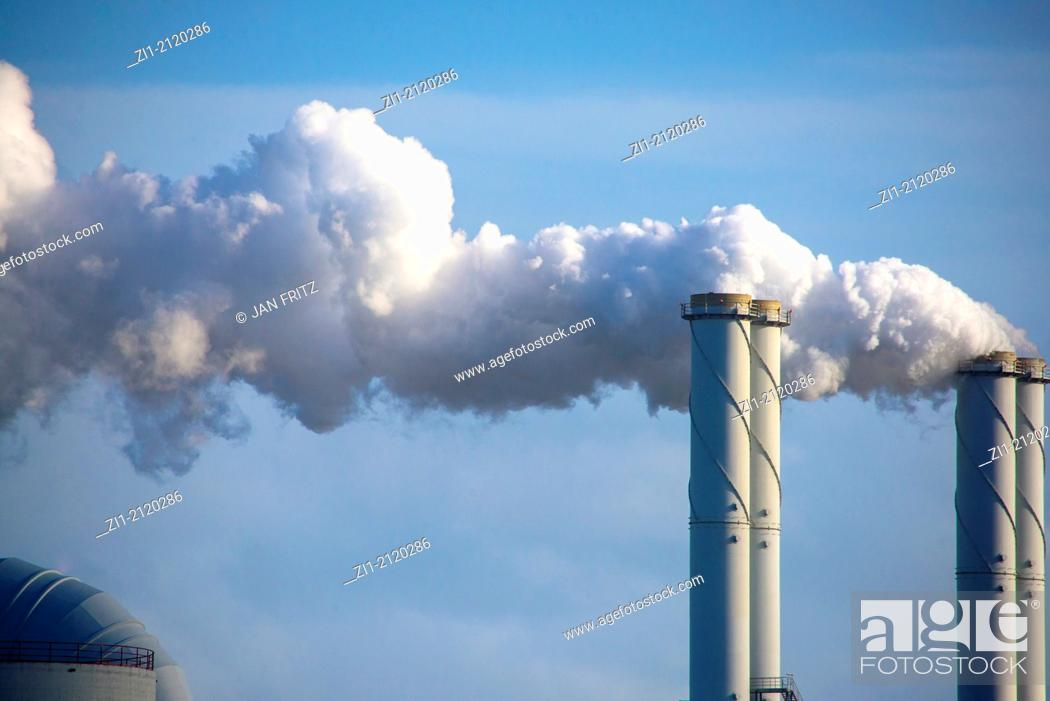 Imagen: pipes with smoke from powerstation at the Maasvlakte, Rotterdam, the Netherlands.