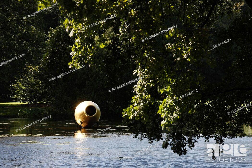 Imagen: Schloßgraben mit goldener Vase.