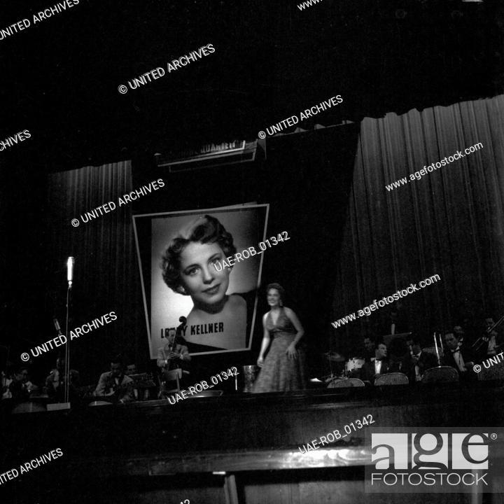 Imagen: Die deutsche Schlagersängerin Lonny Kellner bei einem Auftritt auf der Internationalen Funkausstellung in Düsseldorf, 1955.