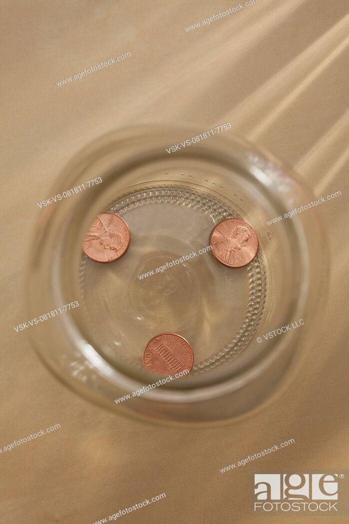 Imagen: Studio shot of jar with coins.