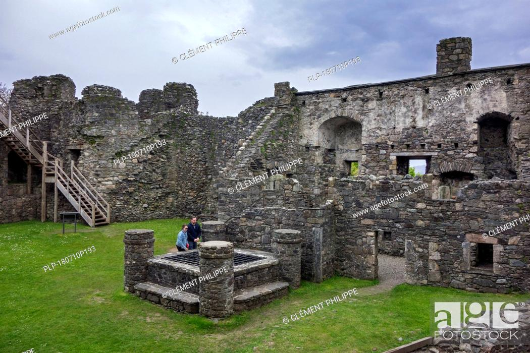 Imagen: Visitors looking at the well inside Dunstaffnage Castle built by the MacDougall lords of Lorn in Argyll and Bute, western Scottish Highlands, Scotland, UK.