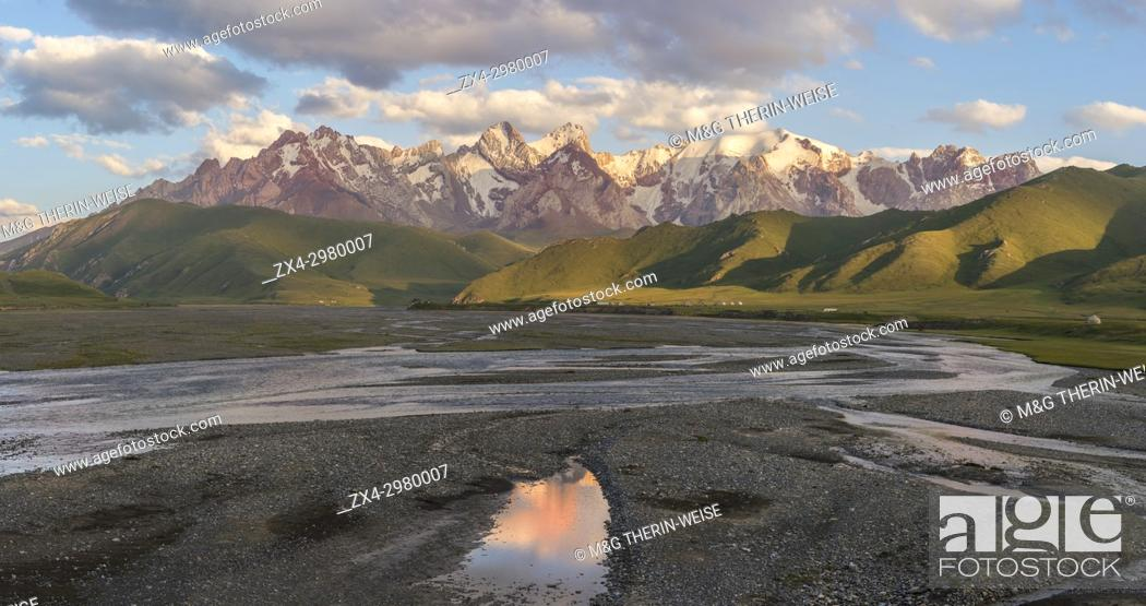Photo de stock: River coming from Köl-Suu mountain range at sunset, Kurumduk valley, Naryn province, Kyrgyzstan, Central Asia.