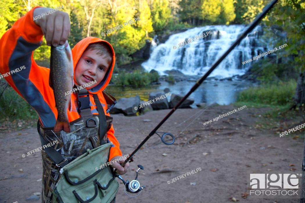 Imagen: Keegan Pietila shows off a fish that he caught in the water of Bond Falls on the middle branch of the Ontonagon River in Paulding, Michigan.