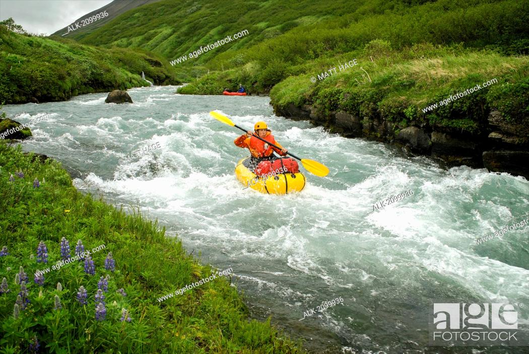 Photo de stock: Woman Pack Rafts Down The Aniakchak River In Aniakchak National Monument And Preserve In Southwest Alaska.