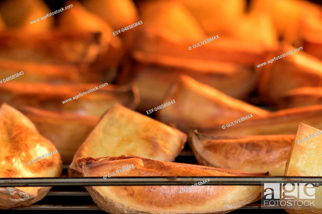 Imagen: Process of baking potato slices on grill in oven.