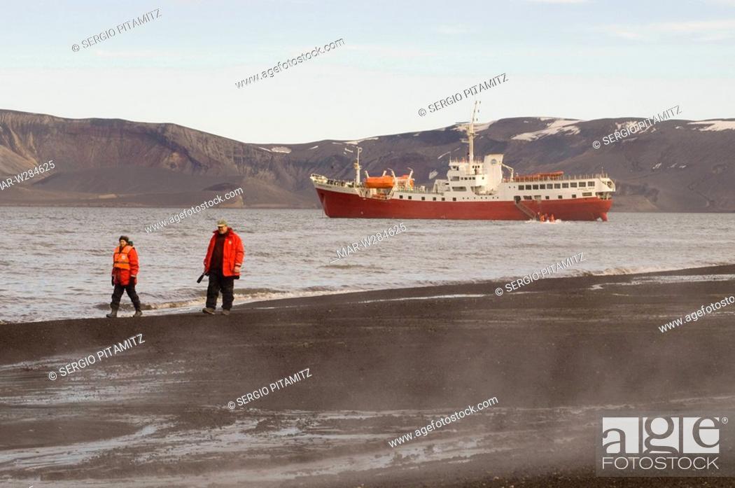 Imagen: Antarctica, South Shetlands Islands, Deception Island, Antarctic Drean ship.