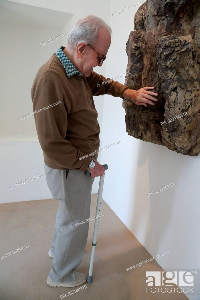 Imagen: Man with visual impairment touching a sculpture at Yorkshire Sculpture Park.