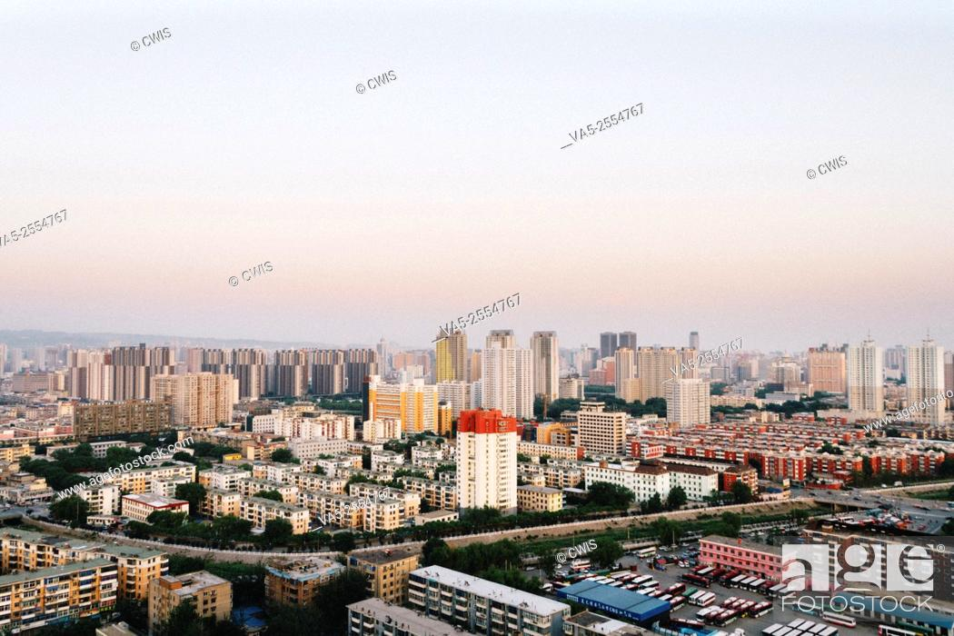 Imagen: The view of buildings and streets in Taiyuan city.