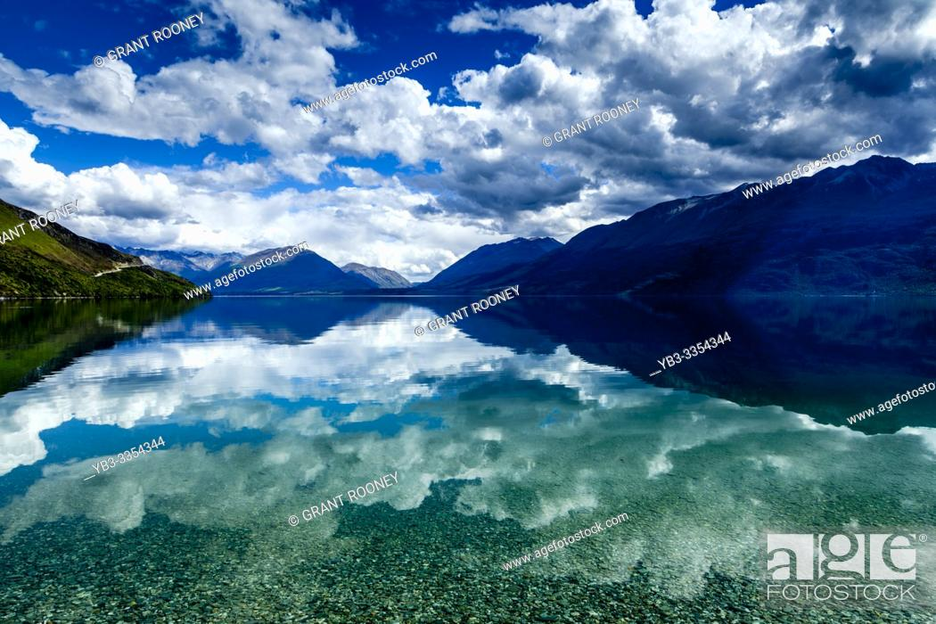 Imagen: Lake Wakatipu and Mountain Scenery On The Queenstown to Glenorchy Road, South Island, New Zealand.