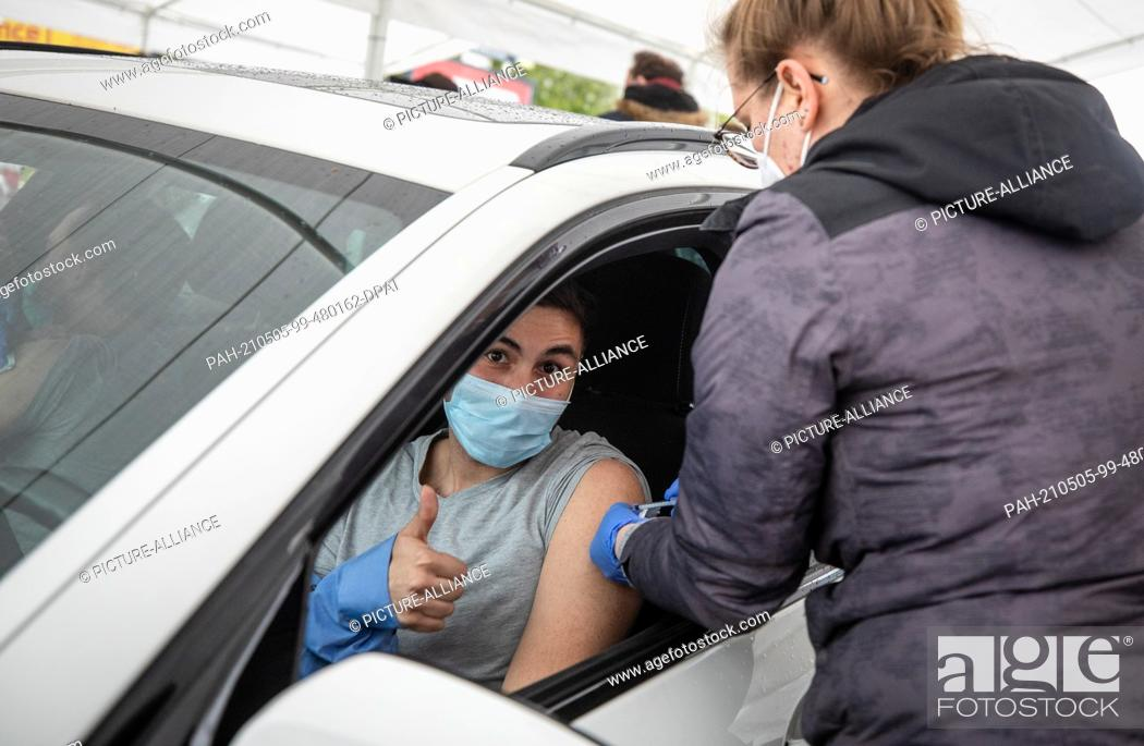 Imagen: 05 May 2021, Baden-Wuerttemberg, Pforzheim: A young man gets vaccinated with the Astrazeneca vaccine in a drive-in vaccination tent in the parking lot of a.