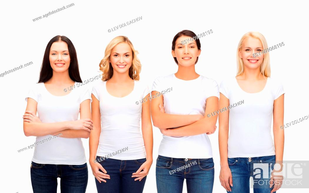 Imagen: clothing design and people unity concept - group of happy smiling women in blank white t-shirts and jeans.