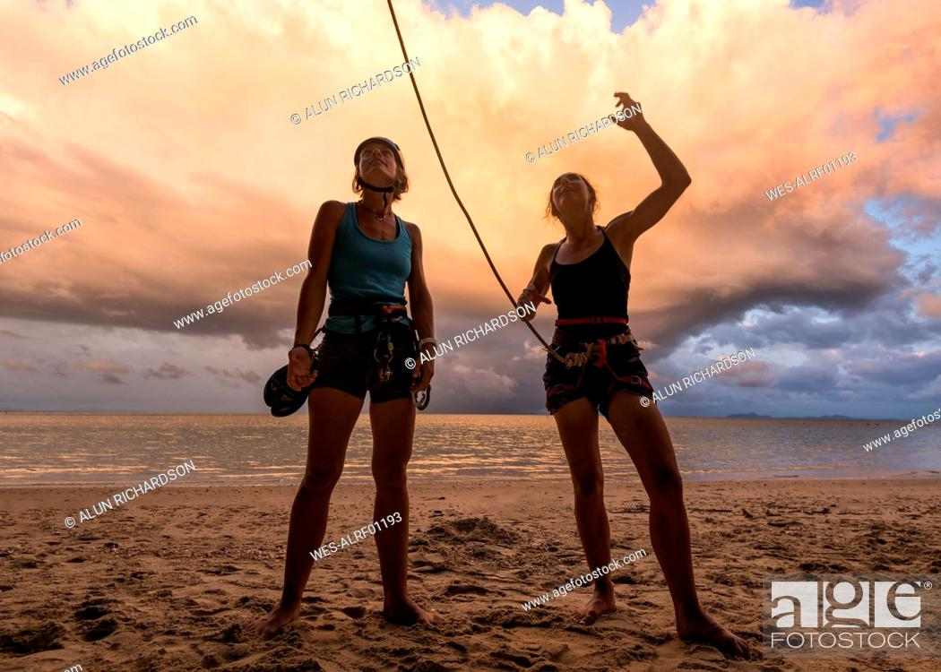 Photo de stock: Thailand, Krabi, Lao Liang island, two female climbers discussing on the beach.