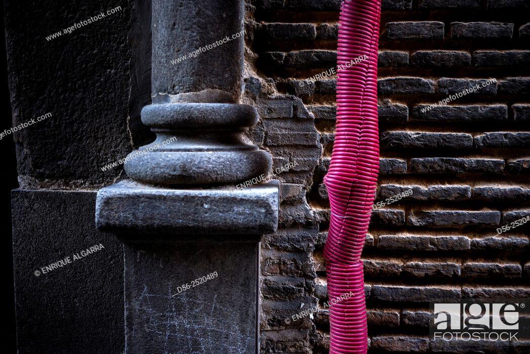 Imagen: Red hose and column, Toledo , Spain.