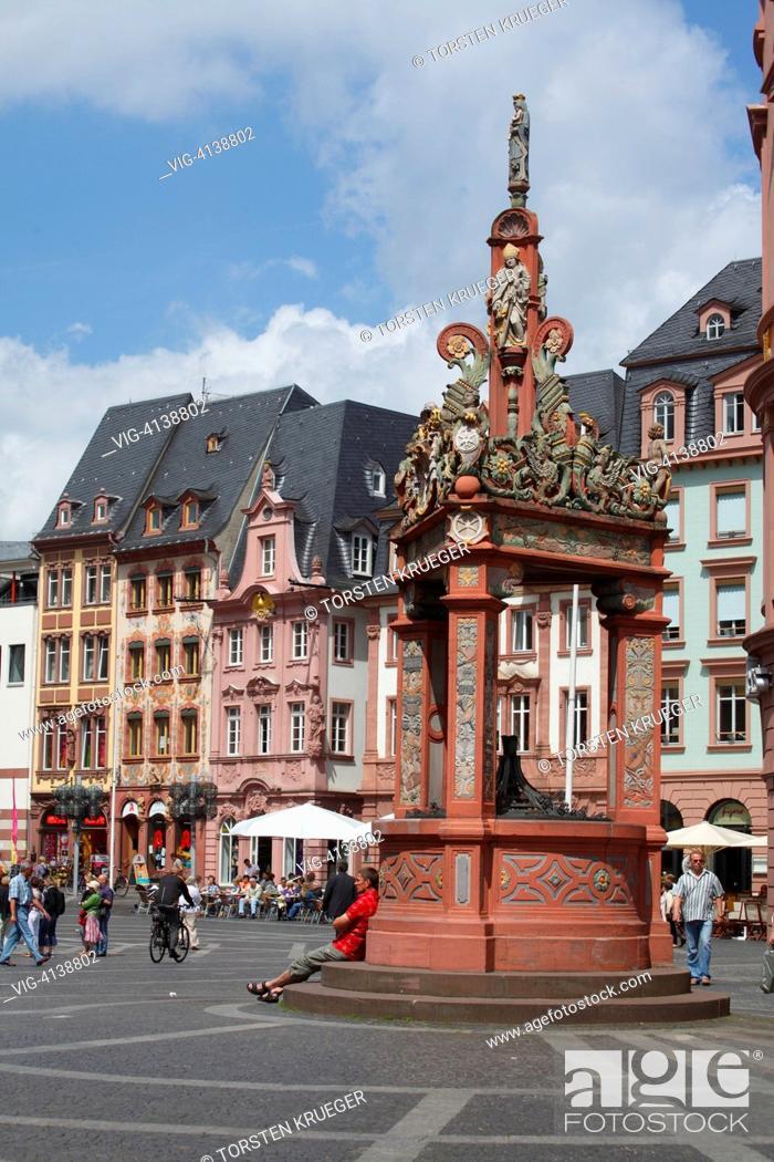 Stock Photo: Mainz : Marktplatz mit Marktbrunnen und historischen Haeusern.