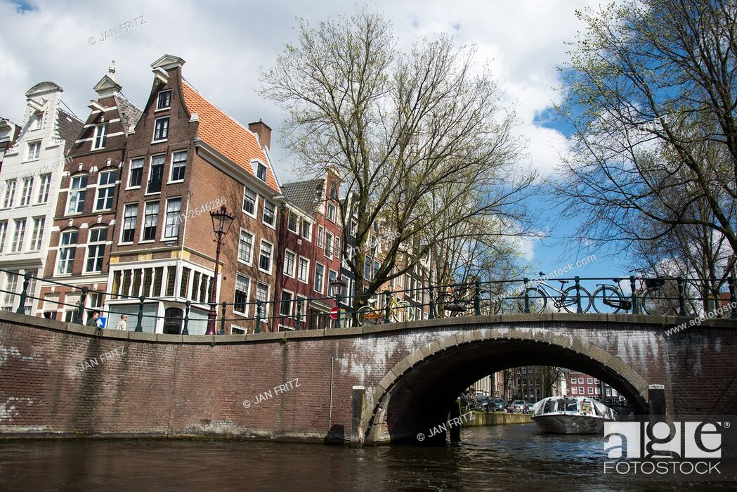 Imagen: bridge, canal and old historic buildings in amsterdam holland.