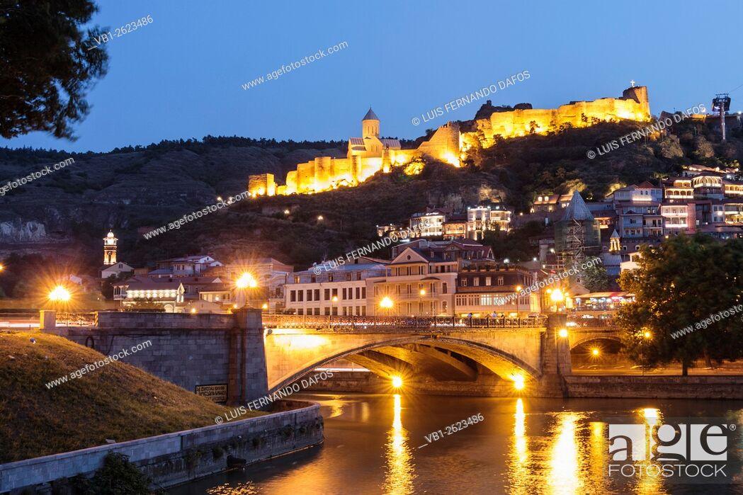 Imagen: Nariqala fortress illuminated at night, Tbilisi, Georgia.