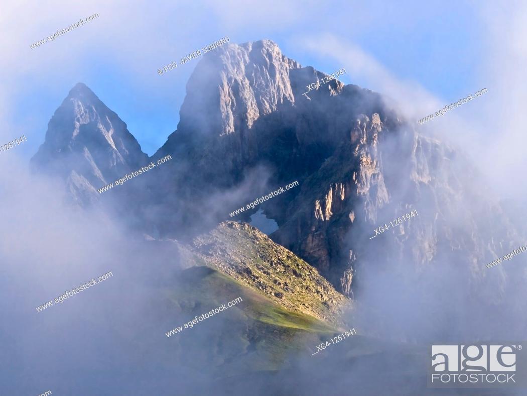 Stock Photo: Panorámica del pico Midi d'Ossau entre la niebla desde el puerto del Portalet - Bearn - Pirineos - Francia.