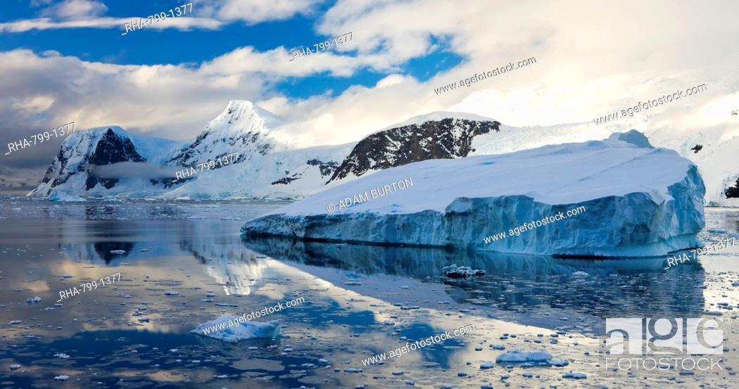 Imagen: Icebergs and mountains on the Antarctic Peninsula, Antarctica, Polar Regions.