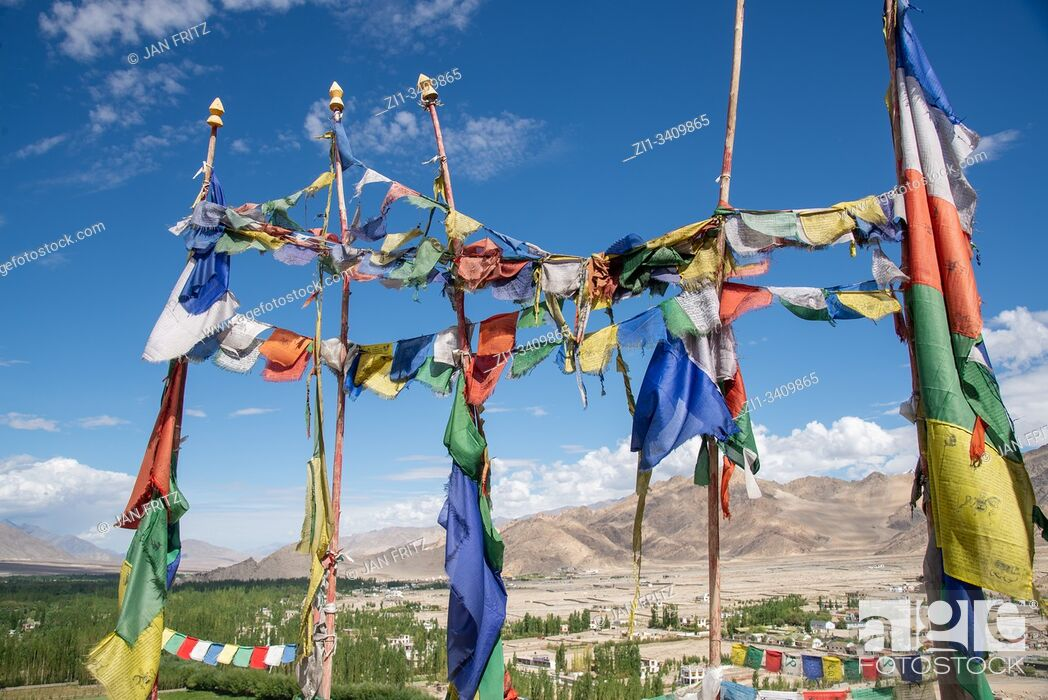 Imagen: view at Indus valley with prayer flags from Thiksey monastery, Ladakh, India.