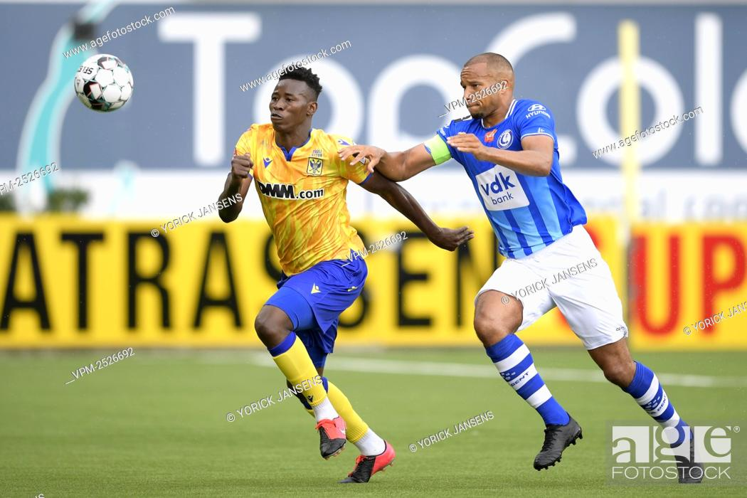 Imagen: STVV's Ibrahima Sankhon and Gent's Vadis Odjidja-Ofoe fight for the ball during the Jupiler Pro League match between STVV and KAA Gent, in Sint-Truiden.